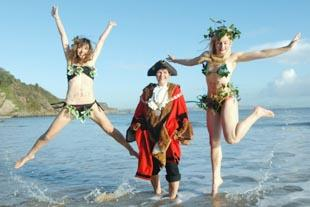 On song: The Holly and the Ivy - Sian Culley and Jenna Peaty) - test the water with Tenby's mayor, Sue Lane. PICTURE:  Gareth Davies Photography