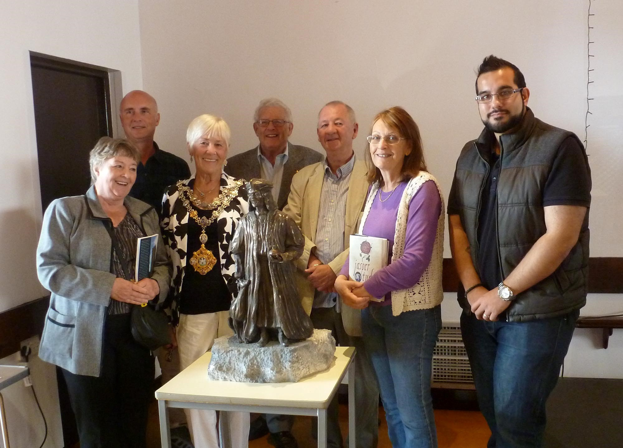 Pictured with the maquette of Henry VII are Pembroke councillor and town crier Rose Blackburn, Tony Riches, Mayor Pauline Waters, George Lewis, Terry Breverton, Cllr Linda Asman and Nathen Amin. (41709244)